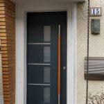Haustür in Holz mit Metalleinlagen und Holzgriff